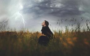 Ситуации: девушка, стихия, шквалистый ветер, поле, молния