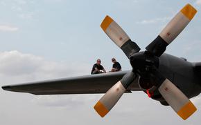 Авиация: самолёт, девушка, парень, крыло