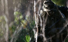 Мужчины: солдат, оружие, тень