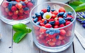 Разное: ягоды, земляника, жимолость, стаканы