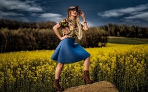 Стиль: девушка, модель, шляпа, юбка, очки, поле, рапс, камень