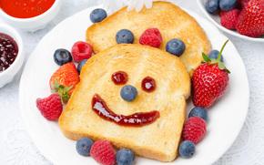 Разное: гренки, ягоды, клубника, голубика, завтрак