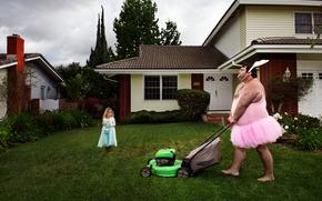Ситуации: мужик, кролик, наряд, девочка, газонокосилка, газон, дом, ситуация