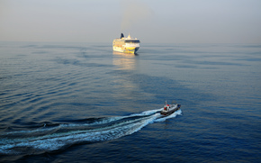 Корабли: Gulf of Naples, Italy, Norwegian Spirit, Неаполитанский залив, Италия, лайнер, катер, море