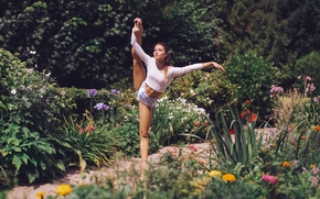 Настроения: девушка, балерина, поза, шорты, ноги, сад, цветы