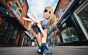 Настроения: девушка, поза, жест, кудри, очки, кроссовки, улица, дорога, настроение