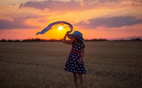 Настроения: девочка, платье, шляпа, косынка, закат, поле, жнивьё, настроение