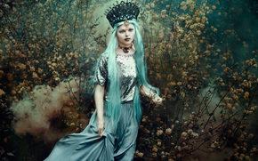 Стиль: девушка, царица, корона, синие волосы, кусты, стиль