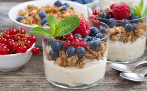 Разное: десерт, мюсли, ягоды, малина, голубика, красная смородина, стаканы