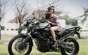 Стиль: девушка, азиатка, рубашка, очки, ботинки, мотоцикл, Triumph