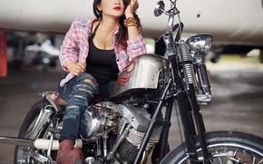 Стиль: девушка, азиатка, поза, джинсы, рваные, ботинки, браслеты, мотоцикл, байк