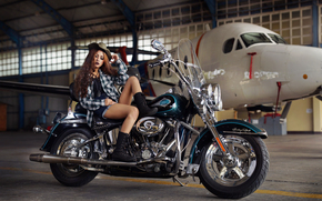 Стиль: девушка, азиатка, ноги, шорты, ботинки, рубашка, шляпа, волосы, макияж, самолёт, мотоцикл, байк, Harley-Davidson, ангар
