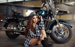 Стиль: девушка, азиатка, ботинки, рубашка, шляпа, волосы, макияж, самолёт, мотоцикл, байк, Harley-Davidson, ангар