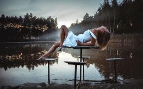 Настроения: девушка, поза, ноги, стол, на столе, озеро, утро, настроение