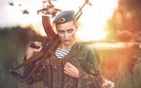 Стиль: девушка, солдат, десантник, форма, берет, оружие, автомат Калашникова, автомат, АК, взгляд