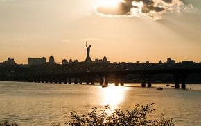 Город: Вечер, мост, река, Днепр, Киев, Украина, статуя, Родина-Мать, город, дома, парус, небо, облака