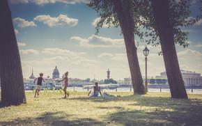 Обои Город: Санкт-Петербург, Ленинград, Питер, Россия, река, Нева, дети, деревья, трава, небо, облака, архитектура, фонарь, город