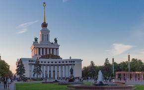 Город: ВДНХ, Москва, Россия, архитектура, СССР, памятник, Ленин, фонтан, здание, колонны, шпиль, звезда, герб, небо, облака, деревья