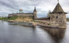 Город: Кром, Псков, Россия, река Великая, небо, облака, город
