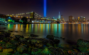 Город: Brooklyn Bridge, Manhattan, New York City, East River, Tribute in Light, Бруклинский мост, Манхэттен, Нью-Йорк, Ист-Ривер, Посвящение в свете, инсталляция, лучи, ночной город, мост, пролив, камни