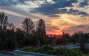 Город: Мамаев курган, статуя, Волгоград, Россия, памятник, СССР, город, небо, сумерки, деревья