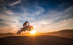 Спорт: мотокросс, мотоциклист, закат