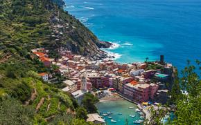 Город: Vernazza, Cinque Terre, Liguria, Italy, Ligurian Sea, Вернацца, Чинкве-Терре, Лигурия, Италия, Лигурийское море, море, побережье, бухта, лодки, здания