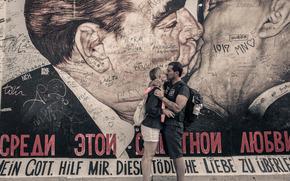 Обои Ситуации: мужчина, женщина, поцелуй, любовь, Леонид Брежнев, Эрих Хонеккер, стена, рисунок, автографы