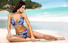 девушка, океан, пляж, песок, солнце, сережки, купальник обои, фото