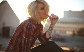 девушка, блондинка, модель, улыбка, взгляд, рубашка, татуировка обои, фото