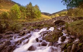 холмы, река, мост, арка, камни, деревья, пейзаж